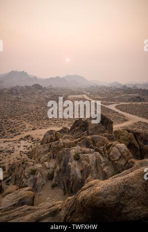 Paisaje desierto cubierto de humo, Alabama Hills, Lone Pine, Inyo County, California, Estados Unidos Imagen De Stock