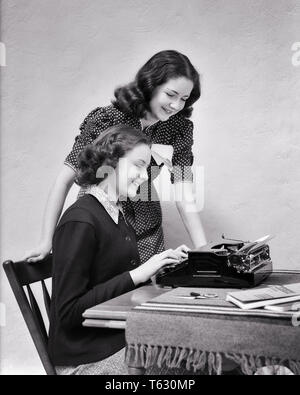 1930 1940 DOS ADOLESCENTES QUE TRABAJAN EN EL PROYECTO ESCUELA uno sentado en máquina de escribir portátil - s8347 HAR001 HARS adulto joven equipo complace ALEGRÍA SATISFACCIÓN EN EL ESTILO DE VIDA DE MUJERES FOTO DE ESTUDIO LA VIDA DE HOGAR SENTADOS Espacio copia amistad longitud media estimadas personas inspiración ADOLESCENTE HERMANOS HERMANAS PORTABLE B&W MORENA FELICIDAD ALEGRE Escribiendo Victoria universidades high school hermano sonríe colegios de enseñanza superior imaginación conexión gozosa elegantes colegios adolescente cooperación soluciones de proyecto joven mujer adulta EN BLANCO Y NEGRO la etnia CAUCÁSICA HAR001 Old Fashioned mecanógrafo Imagen De Stock