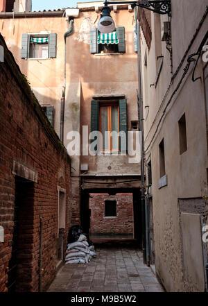 Conduce a un canal con una vista de la Scuola Grande di San Rocco Imagen De Stock