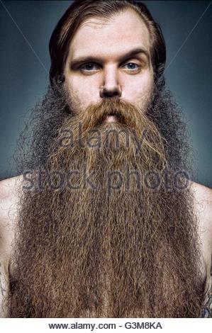 Retrato de hombre con barba larga mirando a la cámara Imagen De Stock