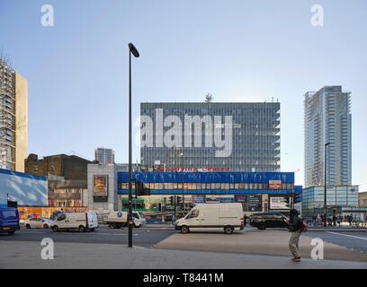 Construcción de elevación desde el norte cruzando la calle. Elephant and Castle Shopping Centre, Londres, Reino Unido. Arquitecto: Boissevain y Osmond, 1965. Imagen De Stock