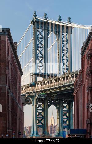 El Empire State Building vistos a través de la torre del puente de Manhattan, Ciudad de Nueva York, EE.UU. Imagen De Stock