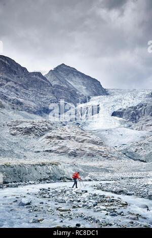 Caminante moviéndose por terrenos rocosos, Mont Cervin, Cervino, Valais, Suiza Imagen De Stock