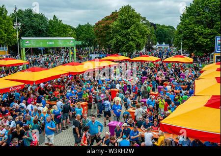 Los participantes son visto llegar, mientras que otros están descansando durante el primer día.Ya que es el más grande del mundo multi-día caminando, el evento de cuatro días de marzo es visto como el primer ejemplo de deportividad y pegado internacional entre militares y civiles y de las mujeres de muchos países diferentes. Los participantes en la 103ª comenzaron los cuatro días marchas en Nijmegen, en la Wadren a las 4am, cruzaron el puente Waalbrug (la legendaria de Nijmegen), y pasando por la ciudad de Elst (el día), donde el color oficial era azul. El día era frío, con temperaturas inferiores a las demás ye Imagen De Stock