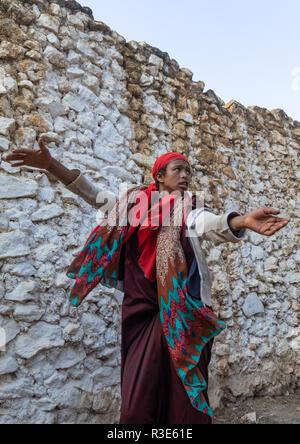 Sufi mujer con un velo rojo en trance durante una ceremonia musulmana, Región Harari, Harar, Etiopía Imagen De Stock