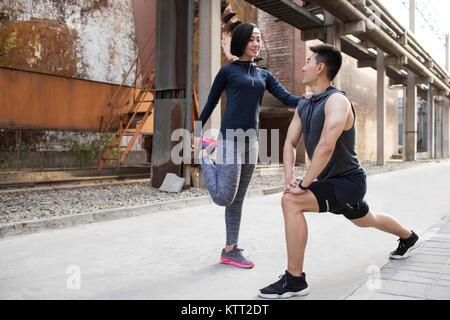 Pareja joven que hacen ejercicio al aire libre Imagen De Stock
