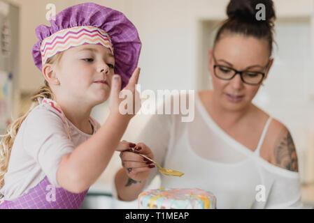 Madre e hija decorar pastel Imagen De Stock