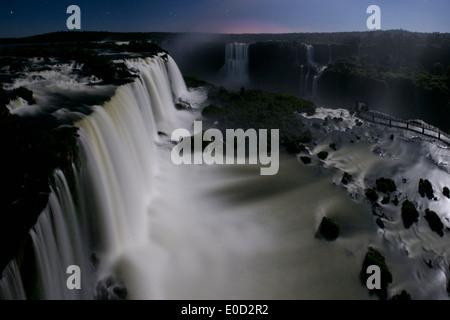 Las Cataratas del Iguazú a la luz de la Luna, fotografiada desde el lado brasileño, en el estado de Paraná, Brasil. Imagen De Stock
