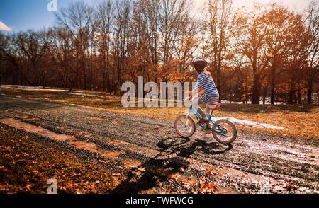 Chica en bicicleta en el parque, Estados Unidos Imagen De Stock