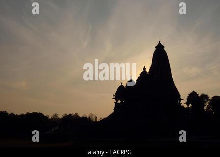 SSK - 1268 Silueta de una hermosa y exquisitamente ordenados templo llamado el Kandariya Mahadev dedicado al dios hindú Shiva El Señor contra los cielos con la puesta de sol detrás de ella Khajuraho, Madhya Pradesh, India Asia el 19 de diciembre de 2014 Imagen De Stock