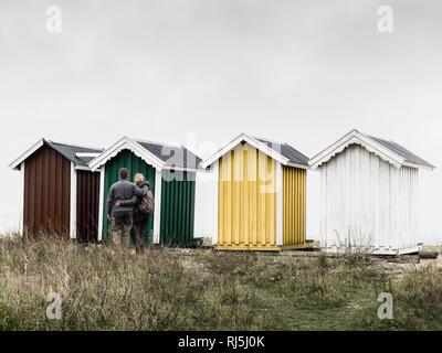 Pareja joven busca en cabañas de playa Imagen De Stock