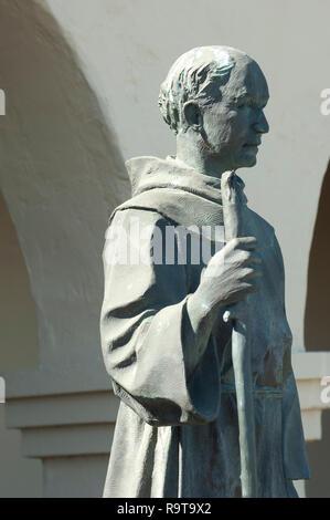 El Padre Junipero Serra estatua, Santa Ynes Misión, Santa Ynez, CA. Fotografía Digital. Imagen De Stock
