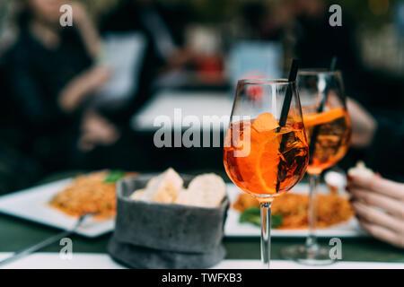 Spritz Aperol brunch cócteles en una tabla Imagen De Stock