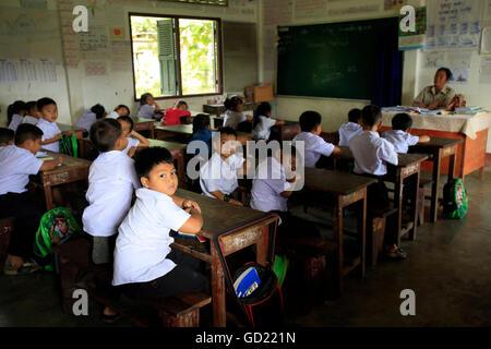 En el aula escolar, escuela primaria, Vang Vieng, provincia de Vientiane, Laos, Indochina, en el sudeste de Asia, Imagen De Stock