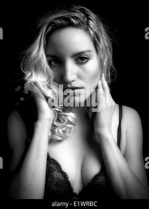 Imagen en blanco y negro de un sexy, atractivo joven seductivly blonf mujer mirando a la cámara. Imagen De Stock