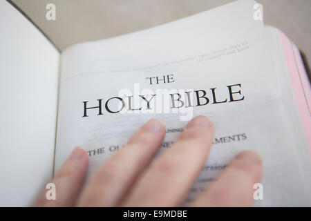 Persona sosteniendo una Biblia abierta Imagen De Stock