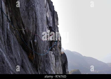 Macho joven escalador escalada cara, vista elevada, el jefe, Squamish, British Columbia, Canadá Imagen De Stock