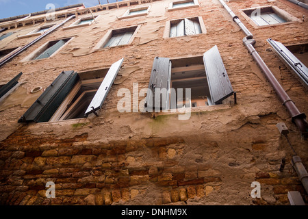 Ángulo de visión baja de un edificio residencial, Venecia, Véneto, Italia Imagen De Stock