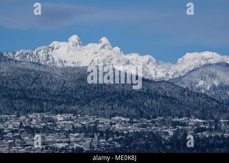 Los Leones con la zona residencial propiedades británicas en West Vancouver en invierno, British Columbia, Canadá Imagen De Stock
