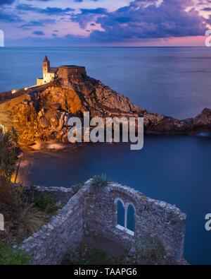 Crepúsculo en la Iglesia de San Pietro, Portovenere, Liguria, Italia Imagen De Stock