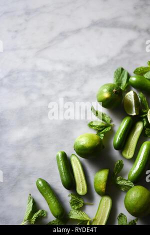 Frutas y verduras verdes sobre un fondo de mármol Imagen De Stock