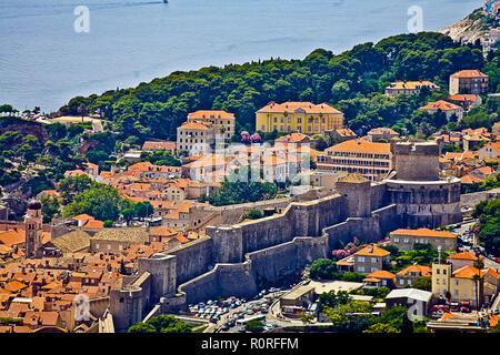 Antigua muralla construida alrededor de la ciudad costera de Dubrovnik © Myrleen Pearson ...Cate Ferguson Imagen De Stock