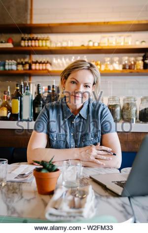 Retrato seguros mujer trabajando en el portátil en el cafe Imagen De Stock
