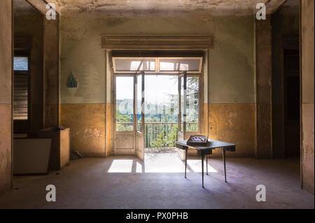 Vista desde el interior de una habitación en un hospital abandonado en Italia. Imagen De Stock