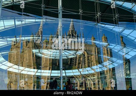 Iglesia de St Peter mancroft reflejada en el Edificio Fórum, Norwich, Norfolk, Inglaterra Imagen De Stock