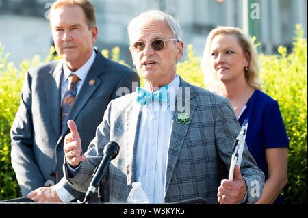 """Representante estadounidense Earl Blumenauer (D-O) abogar por la aprobación de la """"Prevención de la Crueldad contra los animales y la Ley de la tortura"""" o """"pacto"""" en el Capitolio en Washington, DC. Imagen De Stock"""