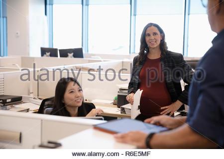Gente de negocios hablando en armario de oficina Imagen De Stock