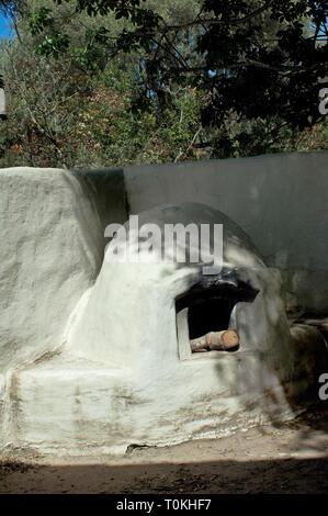 Horno (horno al aire libre) en la purísima misión cerca de Lompoc CA. Fotografía Digital. Imagen De Stock