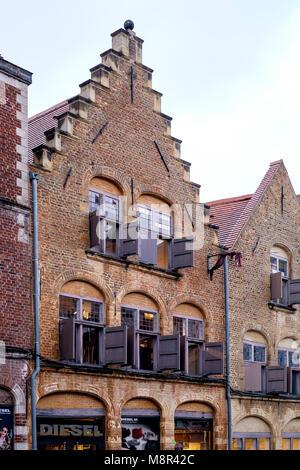 En Place Louise de Bettignies, Lille, arquitectura flamenca encima de la tienda de moda Diesel Imagen De Stock