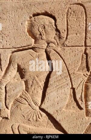 Una fotografía del templo de Abu Simbel, en Nubia, al sur de Egipto, cerca de la frontera con Sudán. El complejo es un lugar de Patrimonio Mundial de la UNESCO. El templo data del siglo XIII a.C., durante el reinado de la dinastía XIX del faraón Ramsés II. Es un monumento al rey y conmemora su victoria en la batalla de Kadesh. El complejo fue reubicado en su totalidad en 1968 bajo la supervisión de un arqueólogo polaco, Kazimierz Michalowski, sobre una colina artificial hecha de una estructura abovedada, muy por encima de la presa de Asuán el depósito. Imagen De Stock