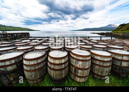 Vista de scotch whisky barriles en la Destilería Bunnahabhain en la isla de Islay en Inner Hebrides de Escocia, Reino Unido Imagen De Stock