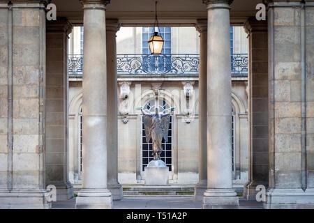 La estatua alegórica de la victoria al patio interior del hotel Carnavalet - ahora el Museo de la historia de Francia, les Marais, París Francia Imagen De Stock