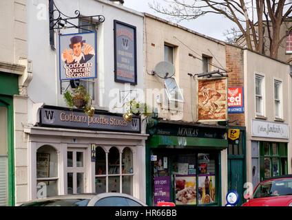 Tiendas y un pub, el portero de Cotham, tiendas, en Cotham Road South, en el centro de Bristol Kingsdown Imagen De Stock
