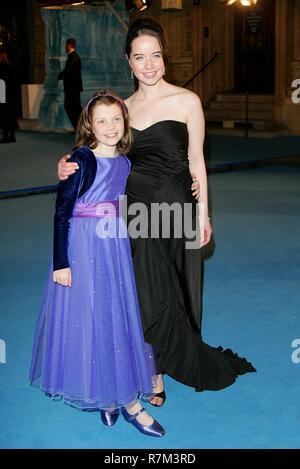 GEORGIE HENLEY & Ana Popplewell la premier de la película LAS CRÓNICAS DE NARNIA el Royal Albert Hall de Londres, Inglaterra 07 de diciembre de 2005 Imagen De Stock