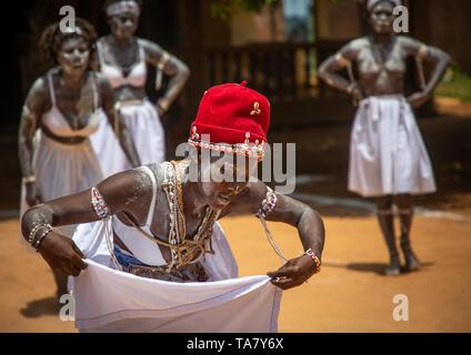 Mujeres bailando durante una ceremonia en el centro de iniciación Komians Messouma Adjoua, Moyen-Comoé, Aniassue, Costa de Marfil Imagen De Stock