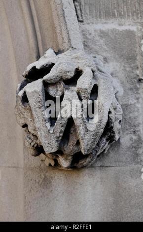 Piedra tallada la letra w en el antiguo edificio exterior, Cambridge, Inglaterra. Imagen De Stock