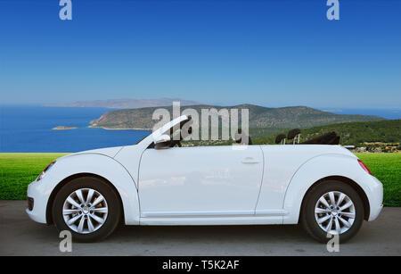Coche de Volkswagen, convertible en el fondo de los prados cerca del hotel Imagen De Stock