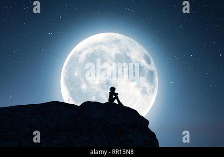 Lonely chica sentada sola en el acantilado y mirando a la luna,3D rendering Imagen De Stock
