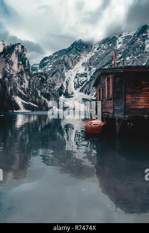 Paisaje con cabaña junto al lago y montañas nevadas, Dolomitas, Italia Imagen De Stock