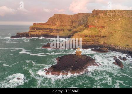 La hermosa costa agreste de los Giants Causeway en el Condado de Antrim, Irlanda del Norte. Imagen De Stock
