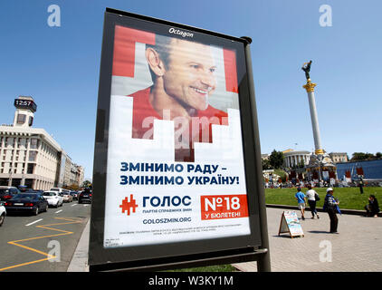 Una valla electoral representando Svyatoslav Vakarchuk, el líder de la banda de rock prominente Okean Elzy y dirigente del partido partido político ucraniano Golos (Voz) en Kiev.Las primeras elecciones parlamentarias tendrán lugar en Ucrania el 21 de julio de 2019. Según las encuestas de opinión, en el 2019 las elecciones parlamentarias de Ucrania 5 Partes será capaz de entrar en el Parlamento ucraniano : El presidente ucraniano Volodymyr Zelensky's partido llamado siervo del pueblo con 41,5%, pro-ruso de la oposición - Plataforma de por vida con el 12,5%, la parte de voz de estrella de rock ucraniano Svyatoslav Vakarchuk con 8,8%, E Imagen De Stock