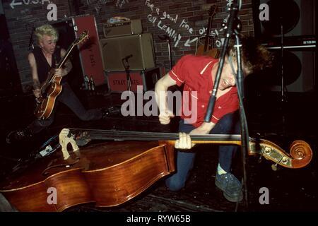 Americana La banda rockabilly Stray Cats en el escenario en el Markthalle de Hamburgo, Alemania. A la izquierda: Brian Setzer, y en el contrabajo, Lee Rocker. El 15 de abril, 1981 Imagen De Stock