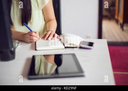 Mujer trabajando por escritorio Imagen De Stock