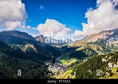 Vista de los Dolomitas con vistas a la aldea Arabba Imagen De Stock