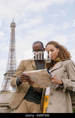 Pareja mirando el mapa de áfrica Imagen De Stock