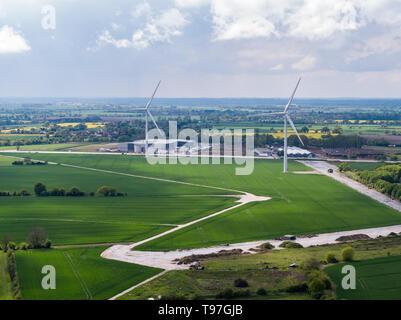 Turbinas de viento en el Parque Industrial Hartismere en el ojo, en Suffolk, Inglaterra. Antes de la segunda guerra mundial ojo aeródromo. Imagen De Stock
